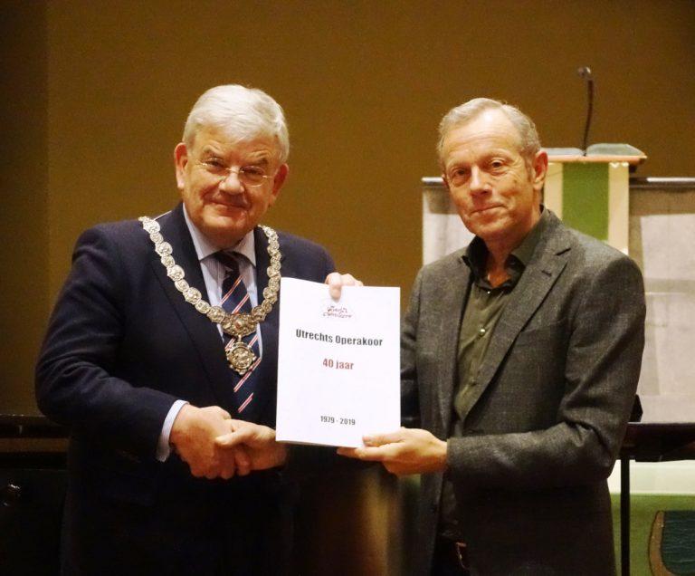 Burgemeester van Zanen ontvangt boek